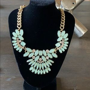 STATEMENT necklace. Green/crystal gold.